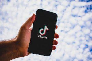 come mettere e togliere le scritte su tik tok